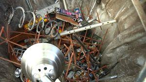 Vid Lappers ekopunkt var metallinsamlingskärlet fullt av för stort metallskrot.