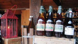 Ruotsalaisia glögejä pulloissa.