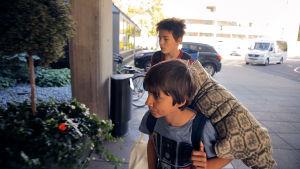 Två pojkar smyger fram med packning.