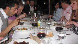 Illallisella Espanjassa.