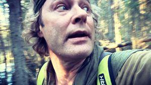 Luontotyyppi metsässä. Jännittynyt ilme.