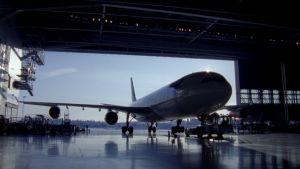 Finnairin iso Airbus huoltohallissa Helsinki-Vantaalla