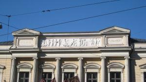 Yksityiskohta Vanhan ylioppilastalon fasadista ja reliefi.