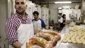 Leipurin tarjottimella kolmen kuninkaan pullarinkeleitä, roscon de reyes.