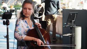 Sellisti Anna Westerlund Kantapöydän opiskelijatreffeillä Musiikkitalon kahvilassa 14.9.2016.