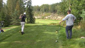 Miehiä golfaamassa elokuussa.