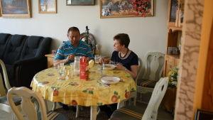 salih och hans flickvän britt-marie äter mat