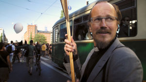 Dokumenttielokuva kertoo pappi Kai Sadinmaasta ja hänen kamppailustaan kirkon uudistamisen puolesta.