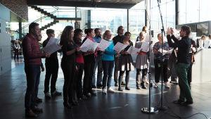 Visa Yrjölä johtaa Sibelius-Akatemian Vokaaliyhtyettä Kantapöydän suorassa lähetyksessä Musiikkitalon kahvilassa 21.9.2016.