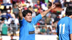 Argentiinan Diego Maradona tuulettaa hyväntekeväisyysottelussa Boliviassa v. 2008