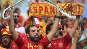 Espanjalaiset jalkapallofanit tuulettavat.