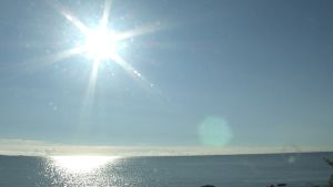 Aurinko heijastuu meren pintaan.