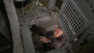Bruno Schoch inne i kanontornet i en bunker i Schweiz