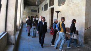 Opiskelijoita kävelee Salamancan yliopiston käytävillä.