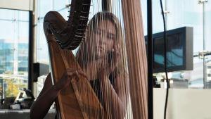 Harpisti Hilda Kunnola.
