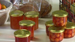 Burkar med marmelad och andra matprodukter.