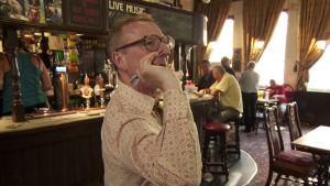 Isä Robshaw heittää tikkaa pubissa sarjassa Ruoka-aikoja