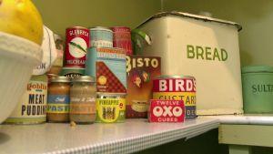 50-luvun elintarvikkeita ruokakomerossa sarjassa Ruoka-aikoja