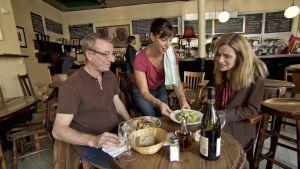 Robshaw'n pariskunta syömässä 90-luvun gastropubissa sarjassa Ruoka-aikoja