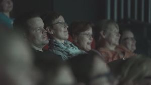 ihmisiä elokuvaa katsomassa