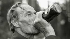 Mies juo olutta tölkistä.