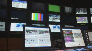 Den iriskspråkiga TV-kanalen TG4 sänder bland annat barnprogram, nyheter och en populär såpopera.