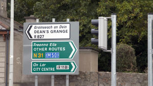 Alla trafikskyltar på Irland är på två språk.