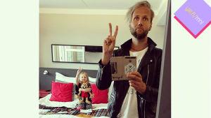 Bloggaaja Esko Kyrö lapsensa kanssa.