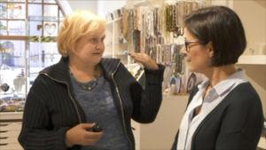 Sari McGlinn pratar med Barbro Ahlstedt