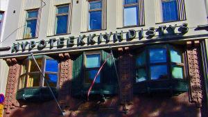 Hypoteekkiyhdistyksen logo Bulevardilla, Helsingissä.