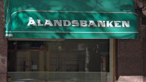 Ålandsbankenin logo Bulevardilla, Helsingissä.