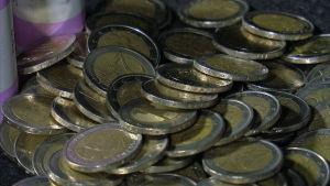 Kahden euron kolikoita pöydällä.