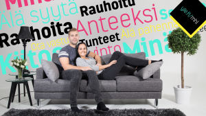 Pariskunta istuu sohvalla