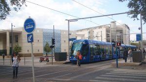 Raitiovaunu Montpellier'n modernissa kaupunginosassa.