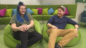 YleX:n juontajat Saara ja Jani testaavat Prisma Studiossa, mikä kiihottaa miestä ja mikä naista.