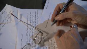 Hand skriver brev till statsministern