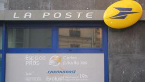 Ranskalaisen postitoimiston julkisivua ja postin kyltti.