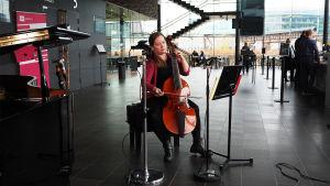 Gambisti Johanna Kilpijärvi soittaa Kantapöydän opiskelijatreffeillä Musiikkitalon kahvilassa 26.10.2016.