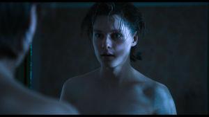 Emrik Öhlander poserar framför en spegel i filmen Pojkarna.