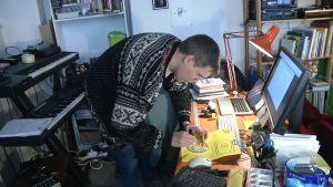 Tom Backström färdigställer en skiva för utskickning.