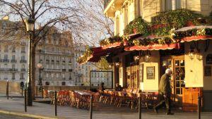 Joulukoristeltu pariisilaiskahvilan terassi.