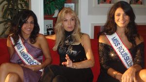 Kolme ranskalaista missiä eri vuosilta istuu sohvalla.