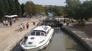 Jokilaiva pysähtyneenä sulun jälkeiselle taukopaikalle Canal du Midissä, Ranskassa.