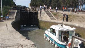 Laiva lähestyy sulkua Canal du Midillä, Ranskassa.