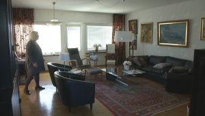 wivan går ensam i lägenheten