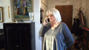 wivan kamb pratar i telefon