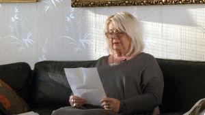 wivan kamb läser ett brev