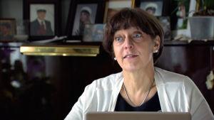 Lena Nordström hemma vid datorn.