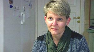 Porträttbild av Ekenäsbon Lotta Johansson som är nyutbildad familjestödjare i Västnyland.