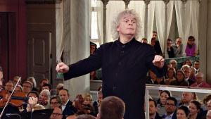 Simon Rattle johtaa Berliinin filharmonikkoja Rörosin kirkossa